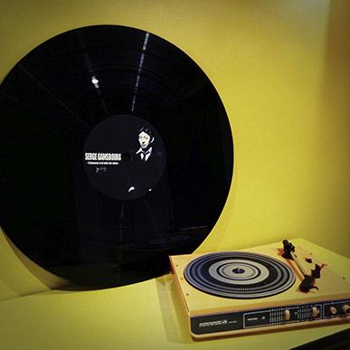 Disque vinyle de serge Gainsbourg avec platine vintage