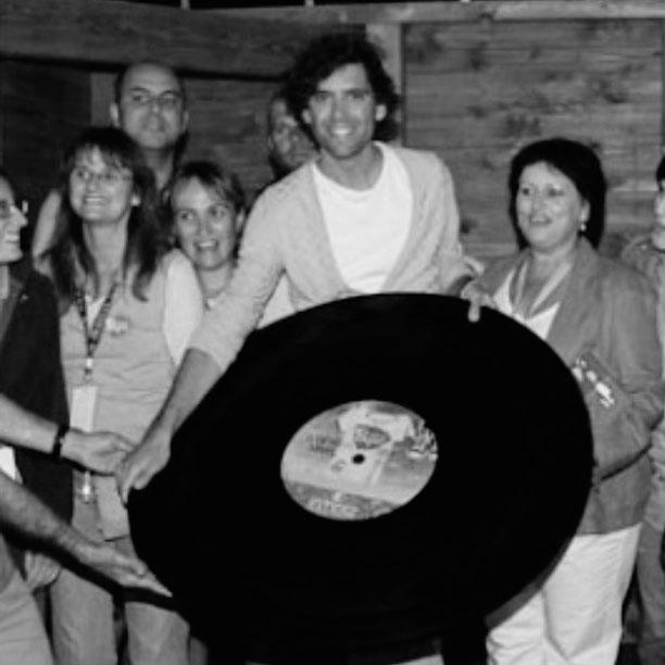 Mika avec un vinyle géant au festival de Poupet