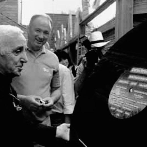 Charles Aznavour avec un vinyle géant au festival de Poupet