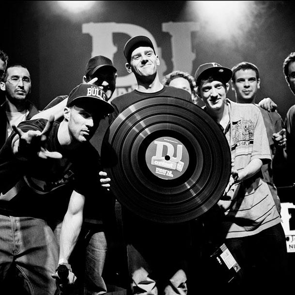 Vainqueur DJ contect avec un vinyle géant