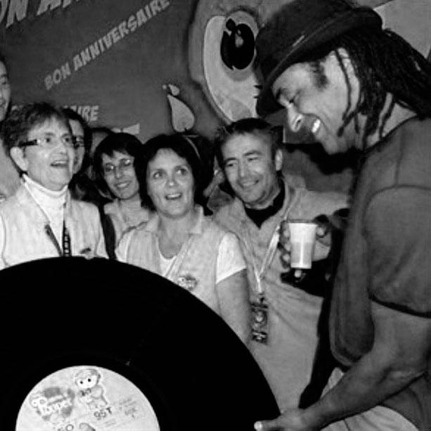 Yannik Noah avec un vinyle géant au festival de Poupet