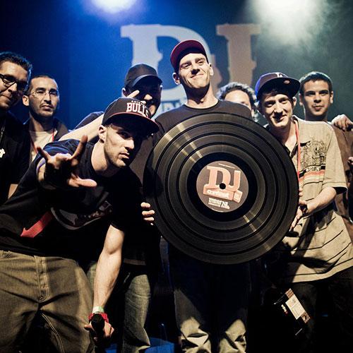 Dj Contest à Strasbourg photo du gagnant avec Grand vinyle personnalisé