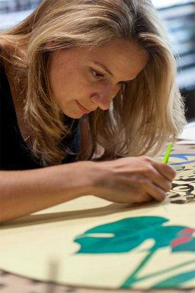 Artiste GretL entrain de peindre sur un vinyl