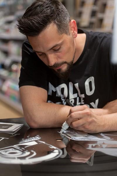 Artiste NashKa entrain de peindre sur un vinyl