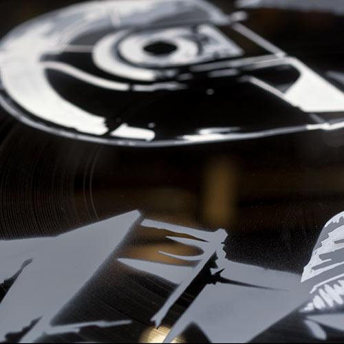 Nashka.art entrain de peindre sur un vinyle un portrait du Groupe Daft Punk