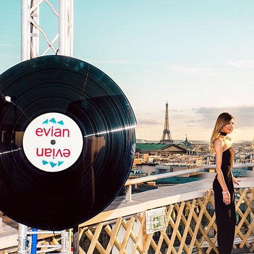 Soirée Evian Over Size à Paris sur les toits des Galeries Lafayette avec Vinyle Personnalisé Evian
