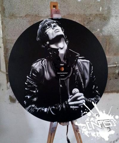 Chanteur groupe Oasis peint sur Vinyl grant 95 tours par Christophe Noiseoner