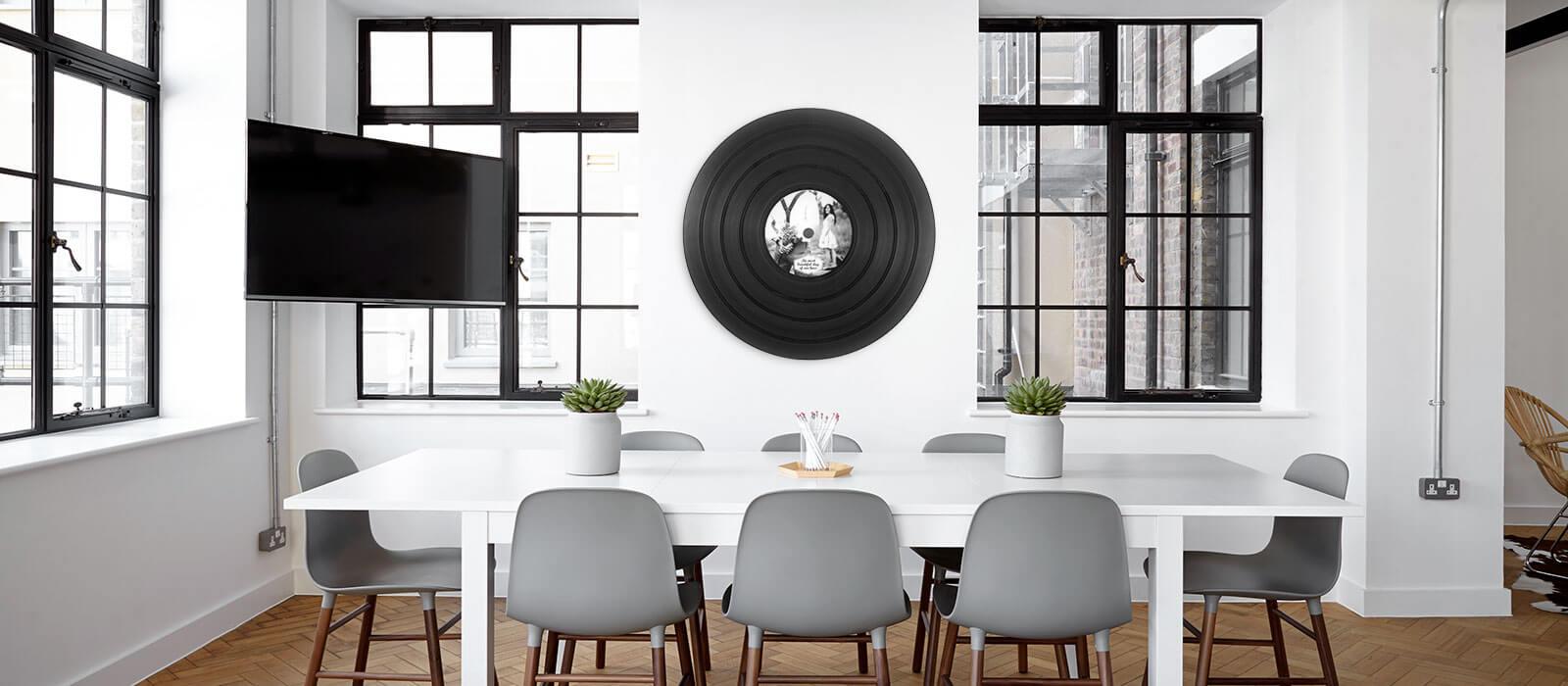 grand vinyle dans bureau dune entreprise stratégie-up decoration loft