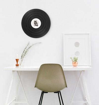 vinyle au mur devant bureau avec une décoration épurée scandinave